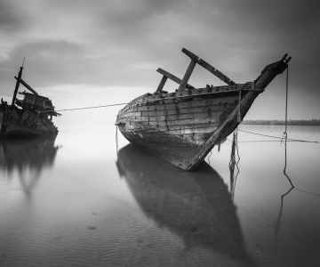 beach-black-and-white-boats-89095